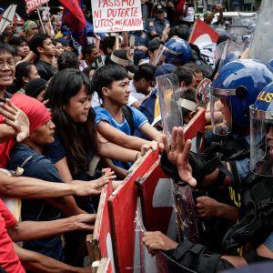 Hundratals demonstranter drabbade samman med kravallpolis i Manila under protester mot Donald Trump och Asean