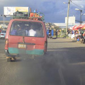 En dieseldriven paketbil i Liberia släpper med svarta avgasutsläpp