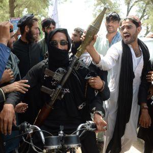 Militanta talibaner firar vapenvilan med lokala invånare i Jalalabad