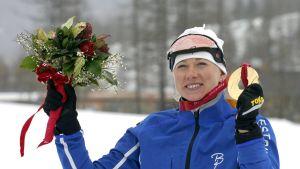 Kristina Smigun med en guldmedalj från OS i Turin 2006.