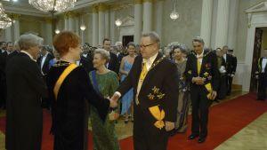 Presidentparen hälsar på varandra under mottagningen i slottet 2004.
