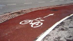 röd cykelväg i helsingfors