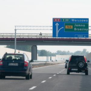 Bilar på motorväg A2 i Polen