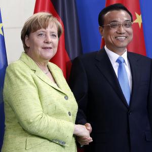Tysklands förbundskansler Angela Merkel skakar hand med Kinas premiärminister Li Keqiang.