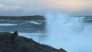 Valokuvaaja kuvaa myrskyävää merta