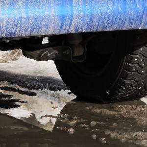 Dubbdäck på isig väg
