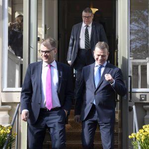 Regeringspartiernas ledare har samlats till överläggningar i statsministerns tjänstebostad Villa Bjälbo.