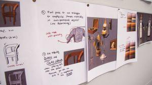 Taululla on papereita, joilla on pelin konseptisuunnitelmia.