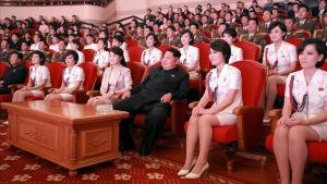Kim Jong-un omgiven av sin fru Ri Sol-ju (t.v.) och medlemmar från Moranbong Band 2015