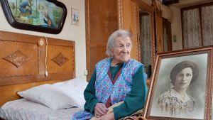 Emma Morano 116 år gammal bredvid ett foto av henne som ung.