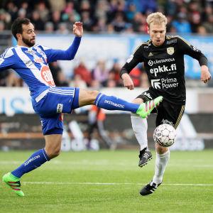 HJK och SJK kämpar om bollen i den inhemska fotbollsligan.