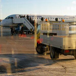 Passagerar väntar på morgonflyget fran Vasa.