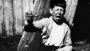 Ollin oppivuodet: Olli on yrittänyt vetää henkisavut Ränni-Pellen piipusta. Kansallinen audiovisuaalinen arkisto.