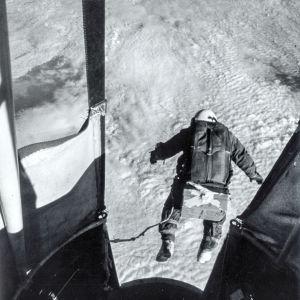 Yhdysvaltojen ilmavoimien projekti Manhigh tutki ihmisen kestokyvyn rajoja stratosfäärin vapaassa pudotuksessa.