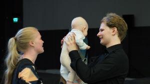 Pianisti Hannu Alasaarela puolisonsa Linnean ja vauvansa Lotten kanssa.
