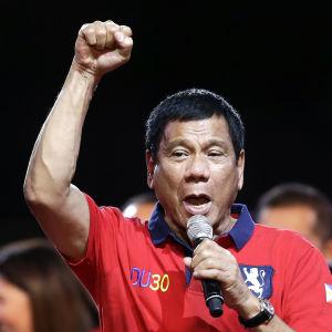 Presidentkandidaten Rodrigo Duterte talar till anhängare i Manila 7.5.2016