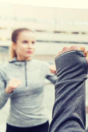 Kvinna tränar självförsvar.