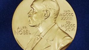 Nobelprismedaljen som pristagarna får (separata medaljer för freds- och ekonomipriset)