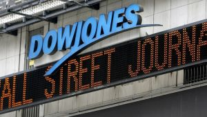 Informationstavla i New York med texten Wall Street Journal