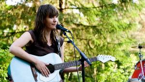 Musikern Minna Twice- Minna Aalto sjunger och spelar gitarr