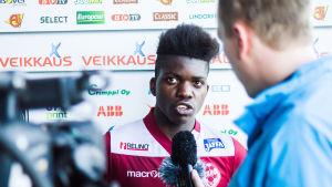 Serge Atakayi representerar FF Jaro.