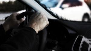 Person som kör bil. Synfältet är oskarpt, som under påverkan av rusmedel.