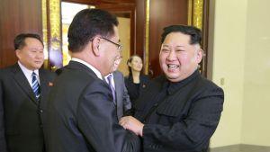 Den sydkoreanska delegationens ledare Chung Eui-yong fick ett varmt välkomnande av Nordkoreas ledare Kim Jong-un i Pyongyang.