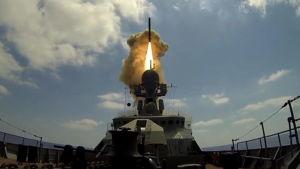 Rysk Kalibr-missil avfyras från en korvett i östra Medelhavet mot mål i Syrien.