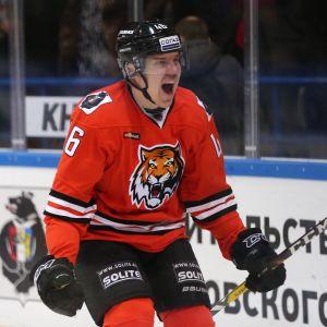 Teemu Ramstedt jublar över ett mål.