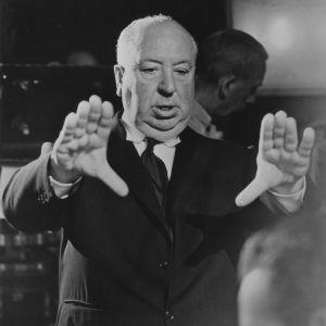Den brittiske filmregissören Alfred Hitchcock gestikulerar