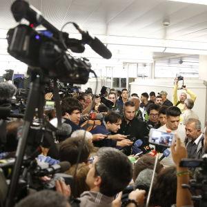 Osama Abdul Mohsen sparkades omkull av en ungersk tv-fotograf då han tillsammans med sin son tog sig över gränsen mellan Serbien och Ungern. Händelsen fångades på film och spred sig över världen.