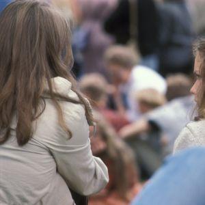 Två flickor sitter och samtalar