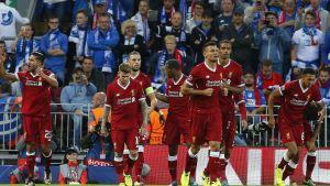 Liverpool spelarna firar 1–0--målet.