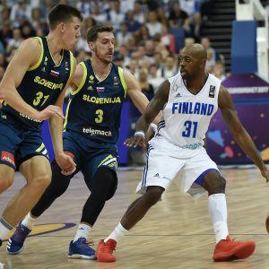Jamar Wilson håller undan för tre slovener vid basket-EM 2017.