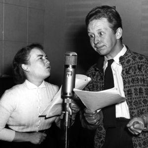 Puolikuva Maire Suvannosta (Pipsa) ja Lasse Pöystistä (Olli) mikrofonin ääressä kuunnelmastudiossa