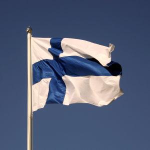 Finlands flagga på blå himmel.