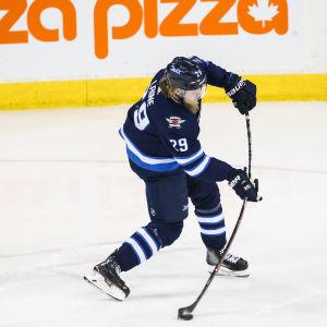 Patrik Laine avfyrar ett skott i NHL.