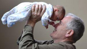 farfar/morfar lyfter sitt barnbarn