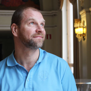 Teaterchef Johan Storgård i andra våningens foaje