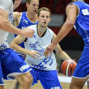 Mikko Koivisto är en finsk landslagsspelare i basket.