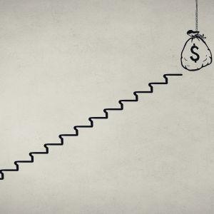 En man går upp för en stege mot en säck med pengar.