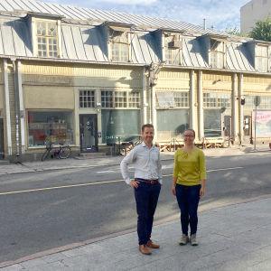 Niklas Kronberg och Saara Ilvessalo invid Österbladska tomten i Åbo