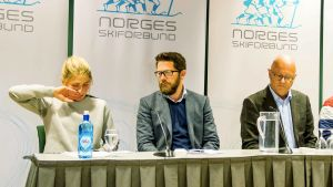 Skidåkaren Therese Johaug, norska skidförbundets kommunikationschef Espen Graff och läkaren Fredrik Bendiksen under en presskonferens.