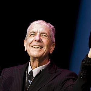 Leonard Cohen lyfter på hatten