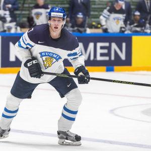 Ishockeyspelare utan puck avläser spelet.