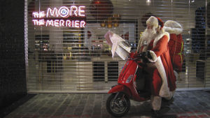 Joulupukki skootterin selässä kaupan jouluikkunalla Lontoossa 2008.