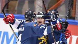 Finlands spelare firar Pekka Jormakkas mål.