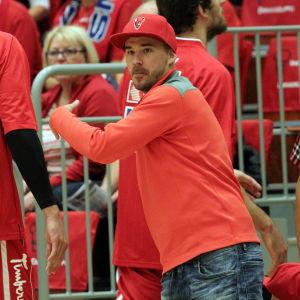 Aleksi Valavuori vid sidan av basketplanen.