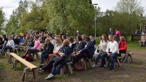 Publik på trädgårdskvällen.