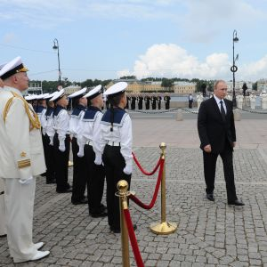 Vladimir Putin promenerar förbi en hedersvakt.